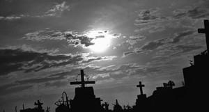 Cemiterio da cidade de Luis Correia. Morte, cruz, tumulo, covas, ceu, nuvens.
