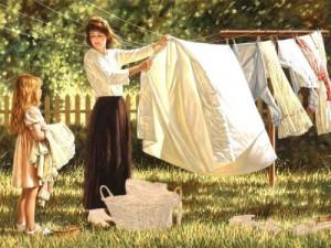 mae-e-filha-estendendo-a-roupa